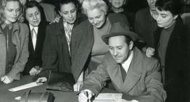 Békekölcsönjegyzés a Nemzeti Színházban, elöl Bessenyei Ferenc, 1952. szeptember 25.