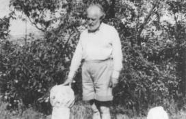 Doktay Gyula, a Hatvany Lajos Múzeum egyik alapítója a sírkövekkel