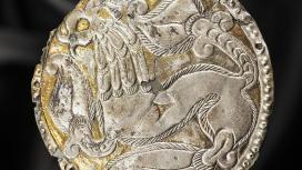 Aranyozott ezüst hajfonatkorong. Lelőhely: Ibrány–Esbó-halom, 197/a. sír, 1989