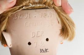 Franciska tarkóján jól látható a monogram, vagyis a Simon und Halbig babagyár rövidítése.