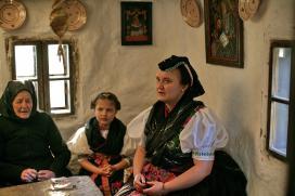 Imádkozó asszonyok és leányka a szentsaroknál, Palóc ház Balassagyarmat 2019 03 23