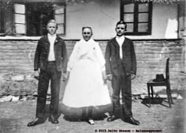 Lány és legények a pünkösdvasárnapi nagymiséhez ünneplőbe öltözve, 1941. Szendehely