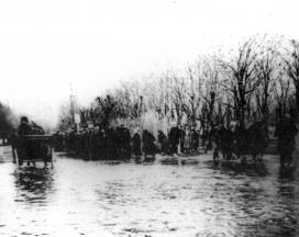 A Zagyva vizében gázoló szekér és és emberek 1939. március 13-án