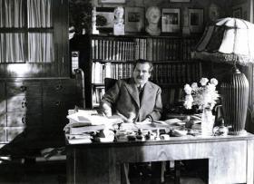 Móricz Zsigmond íróasztalánál
