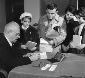 Józsika Ferenc, akiről Molnár Ferenc a Pál utcai fiúk című művének regényhősét, Nemecseket mintázta, dedikálja az író könyvét az Úttörő Áruházban 1962. november 1-jén. A kötetbe, az aláírása mellé, egy Gitt-egylet feliratú pecsétet is nyomott