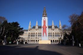 Védőháló helyett művészi installációba burkolták a Bécsi Városháza tornyát