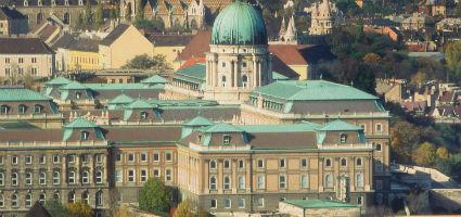 &#169 Budapesti Történeti Múzeum <br>A múzeum bejárata a Vár belső udvarából nyílik.