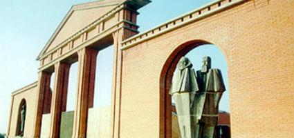 A Szoborpark bejárata a Lenin és a Marx és Engels páros szobraival