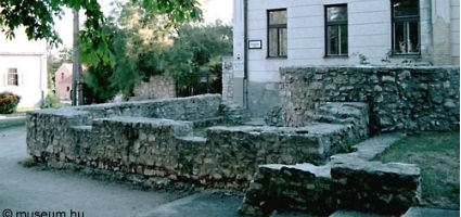 A múzeum épülete - előtte romkert