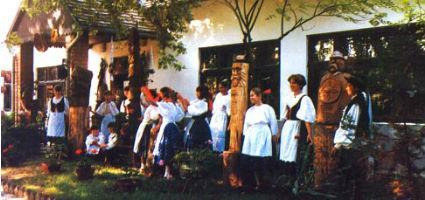 Hagyományőrzők a faluház előtt