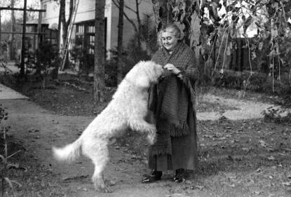 Erdős Renée rákoshegyi villája kertjében, 1940 k.