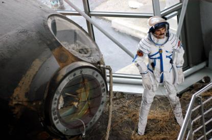 Az űrkabin mellett Farkas Bertalan áll.