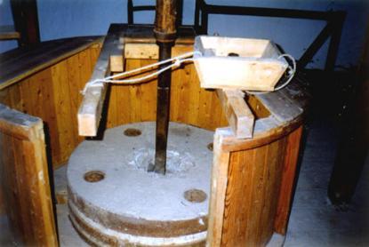 A liszt minőségét a malomkövek közötti rés és a többszöri fölöntés határozza meg.
