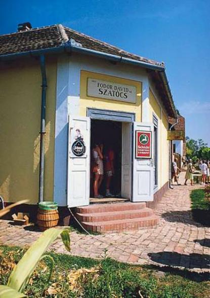 A szatócsbolt és pékműhely bejárata