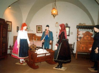 Kapuvár costumes and painted furniture