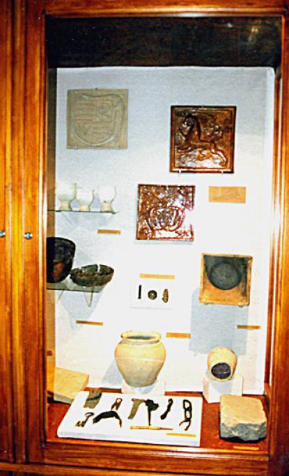 Részlet a gyűjtemény régészeti középkori tárlója anyagából, a képet Jablonkay Sándor készítette