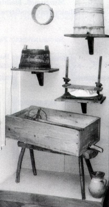 A juhtej feldolgozásának eszköze: a tejtartó (tejaltató) láda a hozzá tartozó tejtörővel, fölötte a szitára emlékeztető sajtformáló, a fejődézsa és túrótartó.