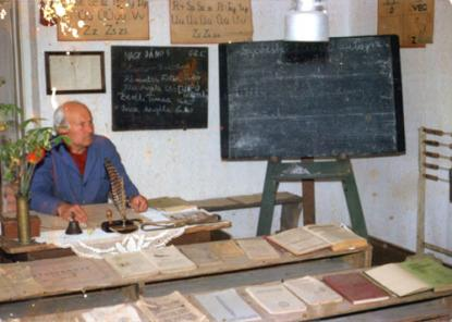 Talk with journalists Zsuzsa Takács and András Kopfinger in the hall of the school historical exhibition (1988)
