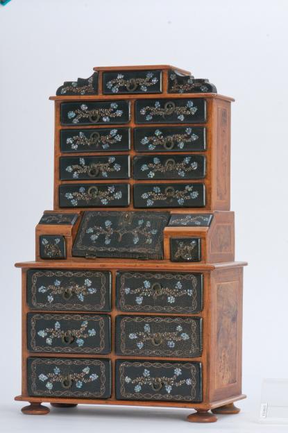 XVIII. század végi lakk kabinetszekrény, bababútor
