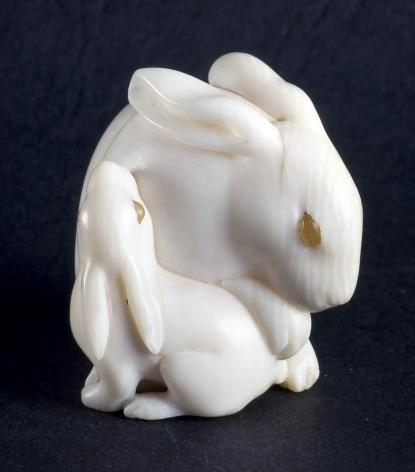 Anyanyúl kicsinyével. Necuke elefántcsontból - Déri Frigyes gyűjteményéből.