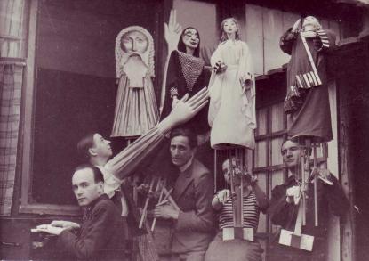 Az Arc-en-Ciel Bábszínház tagjai Az ember tragédiája billentyűs marionettjeivel (középen Blattner Géza), Párizs