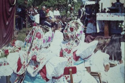 Búcsú az 1980-as években, viseletben