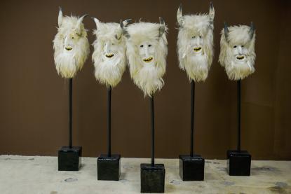 Ioana Nemeș: A fehér csapat (Sátán), 2009, szőr, bőr, szaru, arany, epoxid, festék, lakk, fa