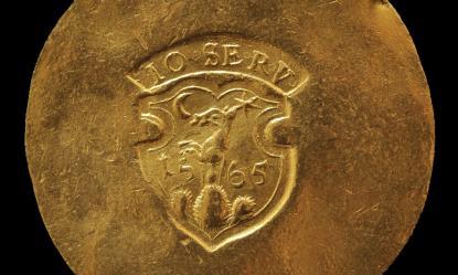 János Zsigmond 1565-ös tízszeres arany tábori dukátjának előlapja a fejedelem címerével.