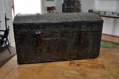 Kisfaludy Sándor egyik kedves tárgya, a kovácsoltvas katonai utazóláda, mely testőr korától hű kísérője volt bolyongásaiban.