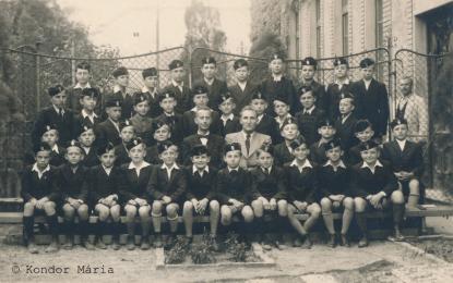 Kondor Béla a Pestszentlőrinci Magyar Királyi Állami Gimnázium tanulója (második sor, jobbról második) 1941