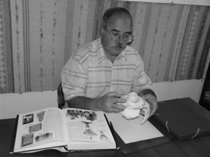 Székely György régész leletfeldolgozás közben