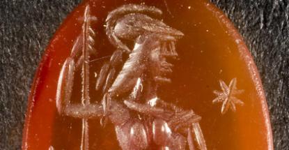 Álló Mars Ultor szemből, feje oldalra fordítva, páncélruhában, sisakban, hosszú szárú saruban.