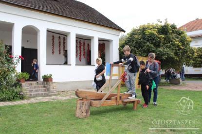 Gyerekek az Ópusztaszeri Nemzeti Történeti Emlékpark skanzenjében