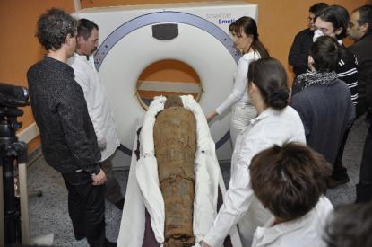 A múmia a CT vizsgálat közben
