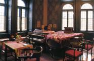 A kedvesebb vendégeket a Munkácsy ecsetjére méltó, XIX. századi szellemet árasztó szalonba vezették be, melyet két zongora uralt.