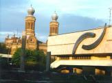 A képtár épülete háttérben a volt zsinagógával