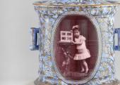 Veress Ferenc: Kislány portréja fényképalbummal – fedeles dohánytartó edényen, fotókerámia, 1880 körül