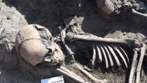 Hódmezővásárhely, 2017. június 28. Zsugorított pozícióban eltemetett csontvázlelet a tizenegy ember maradványait rejtő késő bronzkori, kora vaskori sírban Hódmezővásárhely-Kopáncs térségében egy homokbánya területén 2017. június 28-án. Az eltérő időpontokban életüket vesztő tizenegy embert valamilyen sajátos rítus részeként később együtt temették el újra.