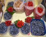 Kökény és csipkebogyó árusítása a pécsi piacon napjainkban