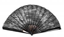 A barna küllőkre ragasztott alkalmi legyező anyaga fekete csipke, rajta virágos, leveles, indás motívumok dús díszítése figyelhető meg.