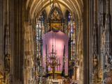 A bécsi Stephansdom idén egy rendhagyó böjti lepellel, egy hatalmas, kötött lila pulóverrel készült a húsvétig tartó böjti időszakra. A kortárs képzőművészeti alkotást Erwin Wurm osztrák művész alkotása.