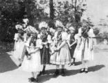 Pünkösdölő lányok, Maconka (Nógrád megye), 1930-as évek.jpg