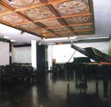 A 80 férőhelyes koncertterem korszerű audiovizuális eszközökkel felszerelt; hangversenyek, filmvetítések, előadások helyszíne.