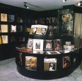 A zeneműboltban került kiállításra Bartók Béla ásvány-, pénz-, rovar- és növénygyűjteménye.