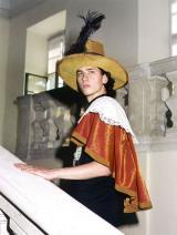A tárlatvezetésen a látogatók korhű kosztümökben készítetthetnek magukról fényképet