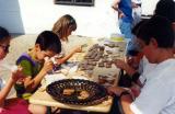 Mézeskalács díszítése a múzeum udvarán