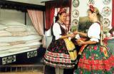 Első szoba - népviseleti ruhás lányokkal