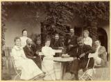 Kerti összejövetel. Fiatal nőkből és férfiakból álló társaság egy ház előtt a kertben, 1900. július, ismeretlen fényképező