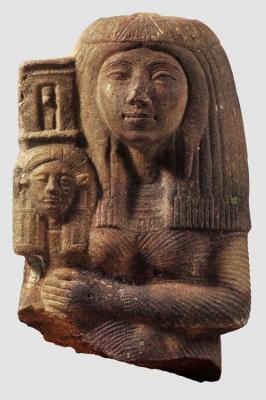 Újbirodalom (18. dinasztia, i.e. 1350 körül), Előkelő nő szobortöredéke: (i.e. 1350 körül), homokkő, 34 cm