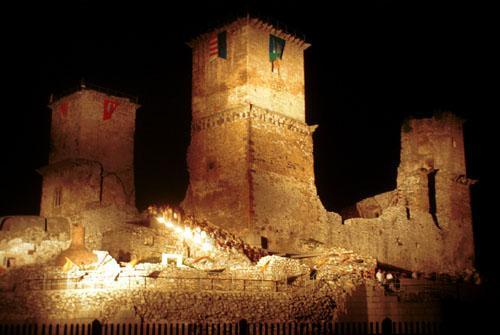 A vár esti kivilágításban